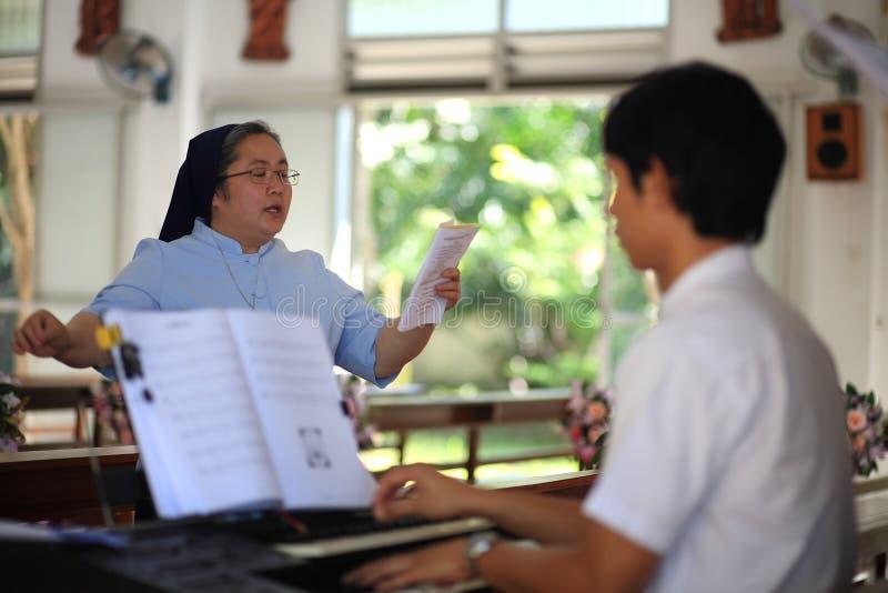 A mulher cristã idosa canta a canção foto de stock royalty free