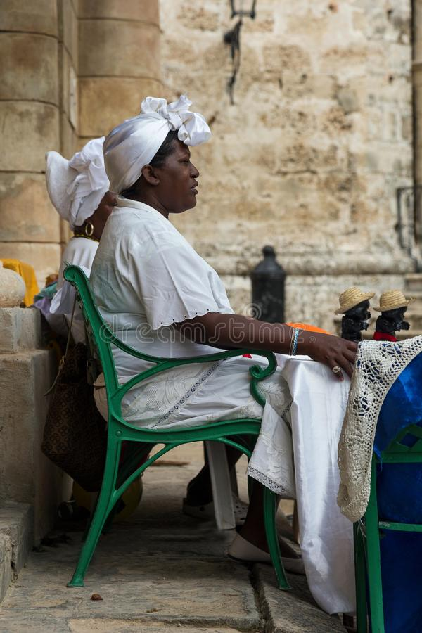 Mulher cubana na roupa branca tradicional que vende bonecas aos turistas foto de stock royalty free