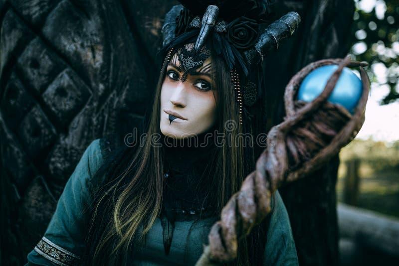 Mulher-curandeiro com chifres fotos de stock