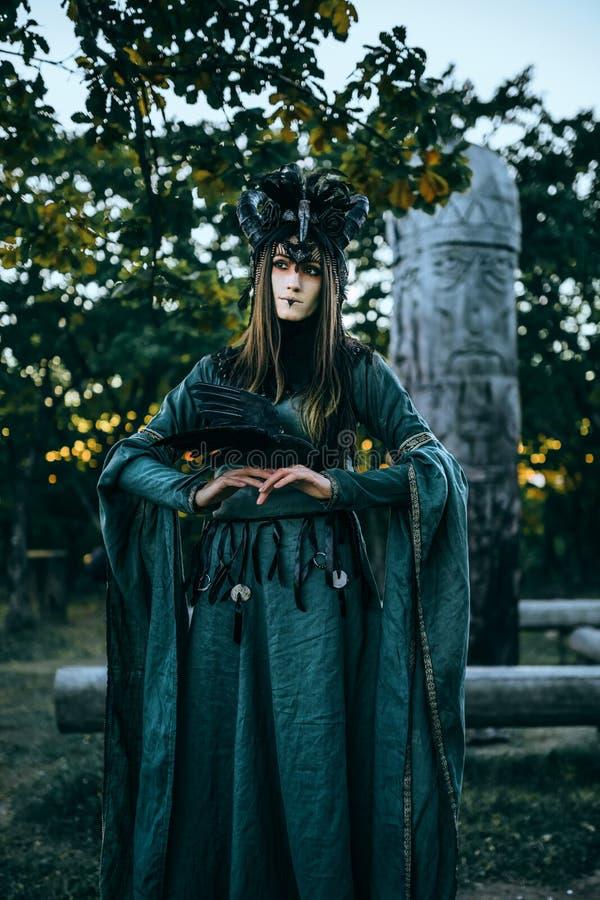 Mulher-curandeiro com chifres fotografia de stock royalty free