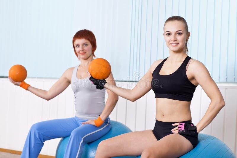 A mulher da aptidão dois faz exercícios foto de stock