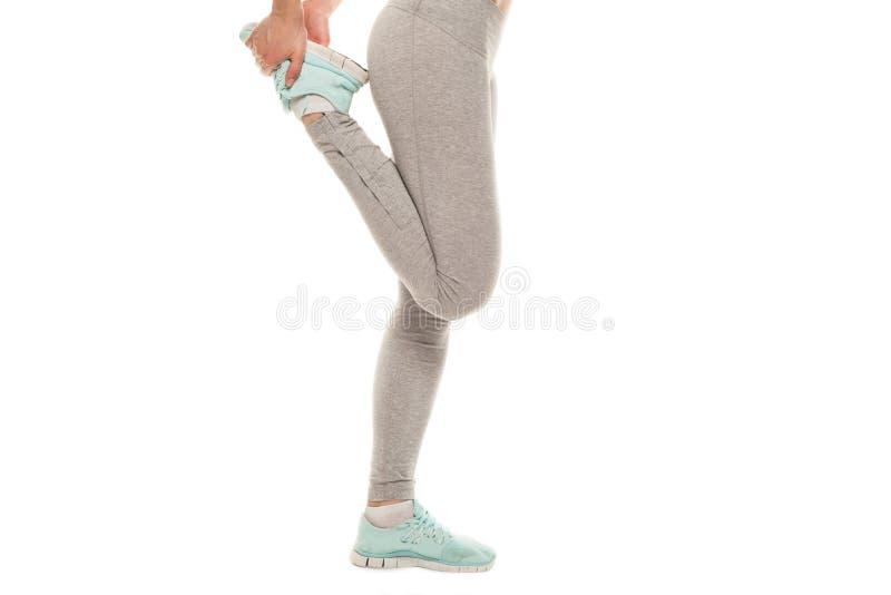 A mulher da aptidão está esticando antes de movimentar-se Aptidão e estilo de vida imagem de stock