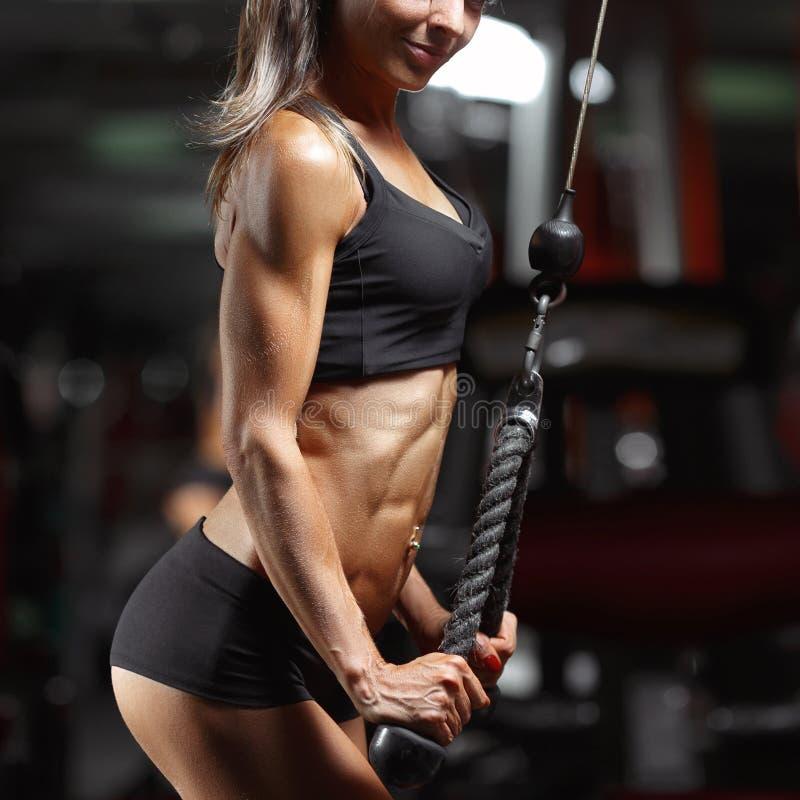 Mulher da aptidão no gym imagens de stock royalty free
