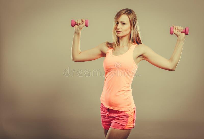Mulher da aptidão que exercita com pesos imagens de stock