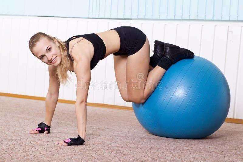 Mulher da aptidão que faz exercícios para a imprensa do músculo fotografia de stock