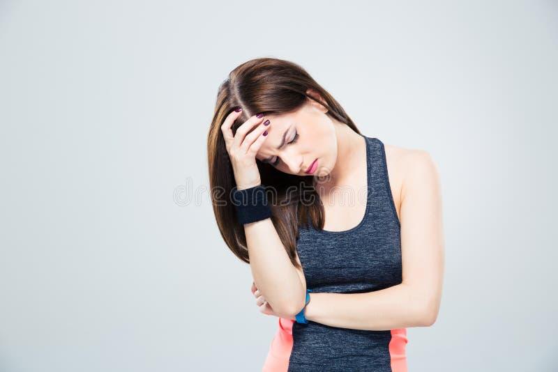 Mulher da aptidão que tem a dor de cabeça imagens de stock royalty free