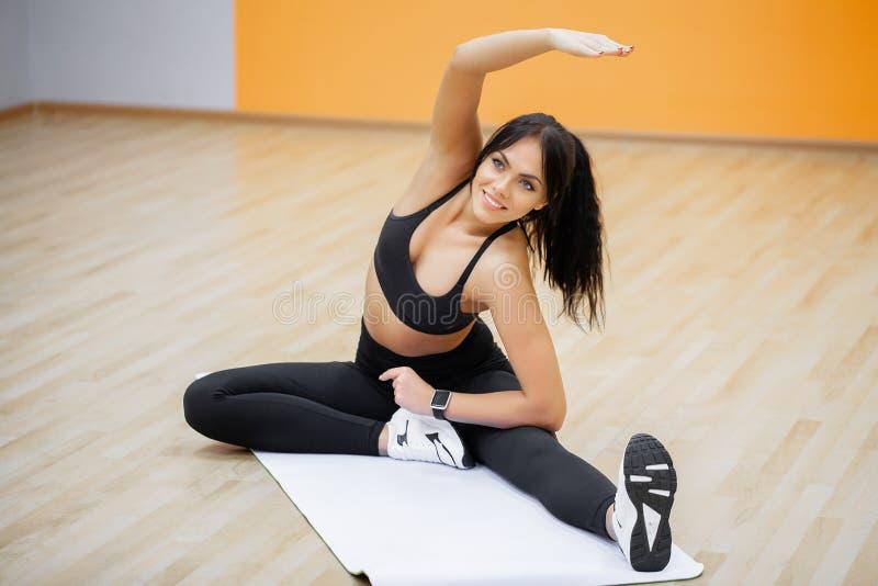 Mulher da aptid?o Menina dos esportes no gym que faz exerc?cios fotos de stock royalty free