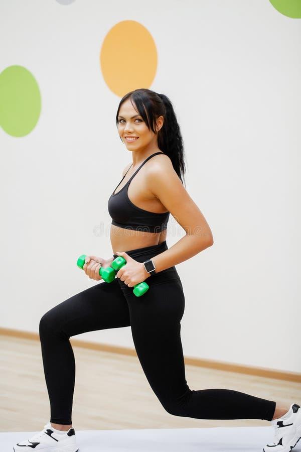 Mulher da aptid?o Menina dos esportes no gym que faz exerc?cios imagem de stock