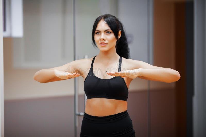 Mulher da aptid?o Menina dos esportes no gym que faz exerc?cios foto de stock royalty free