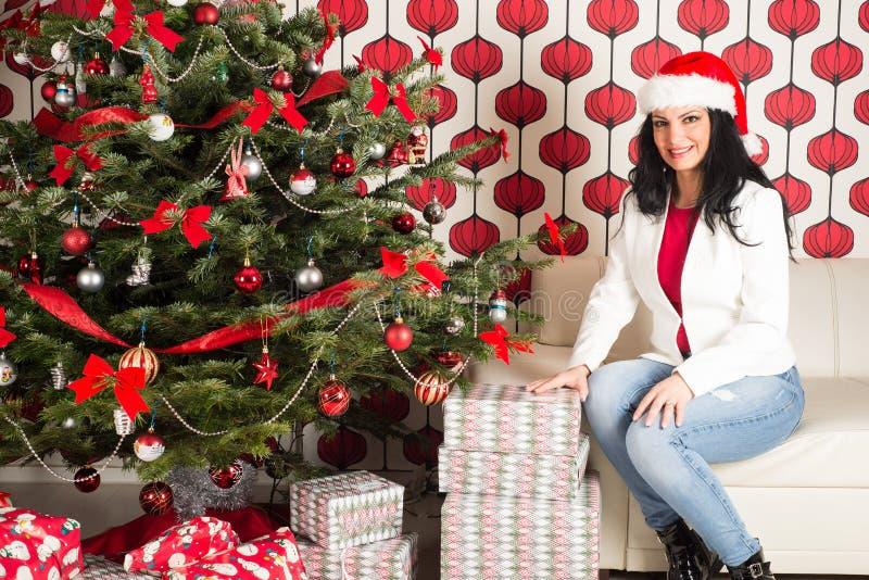 Mulher da beleza com a árvore natural de Chrismas fotos de stock royalty free