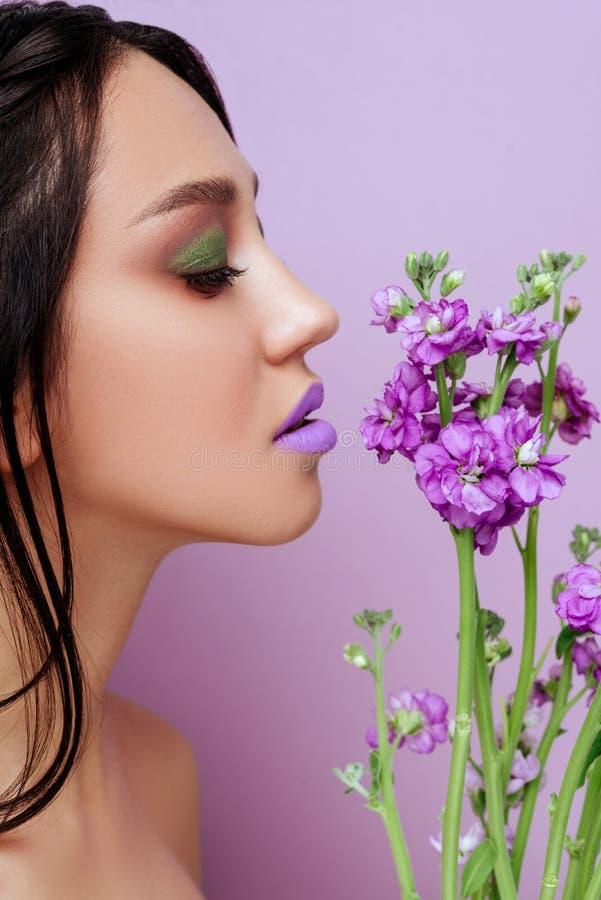 Mulher da beleza com as flores magentas da orquídea da coroa floral fotos de stock royalty free