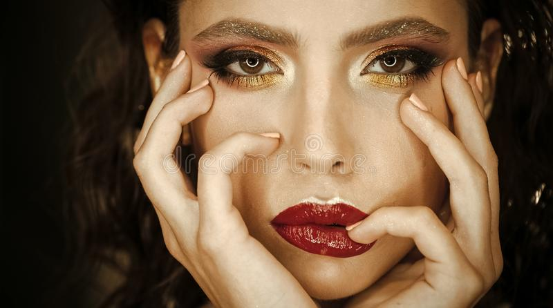 Mulher da beleza com bordos vermelhos e composição brilhante do olho e da sobrancelha Modelo da beleza com olhar do encanto imagem de stock