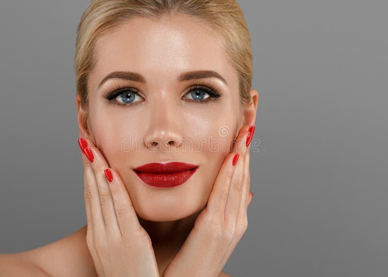 Mulher da beleza com composição perfeita Feriado profissional bonito foto de stock royalty free