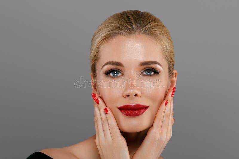 Mulher da beleza com composição perfeita Feriado profissional bonito imagens de stock