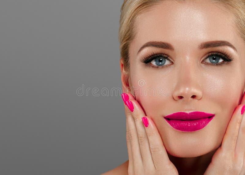 Mulher da beleza com composição perfeita Feriado profissional bonito fotografia de stock