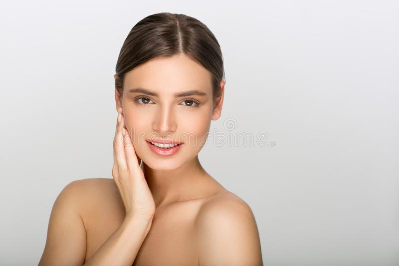 Mulher da beleza com o retrato saudável da pele isolado no backgro cinzento foto de stock