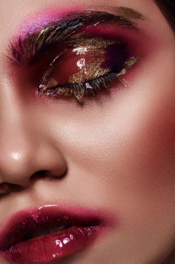 Mulher da beleza com os bordos cor-de-rosa lustrosos imagens de stock royalty free