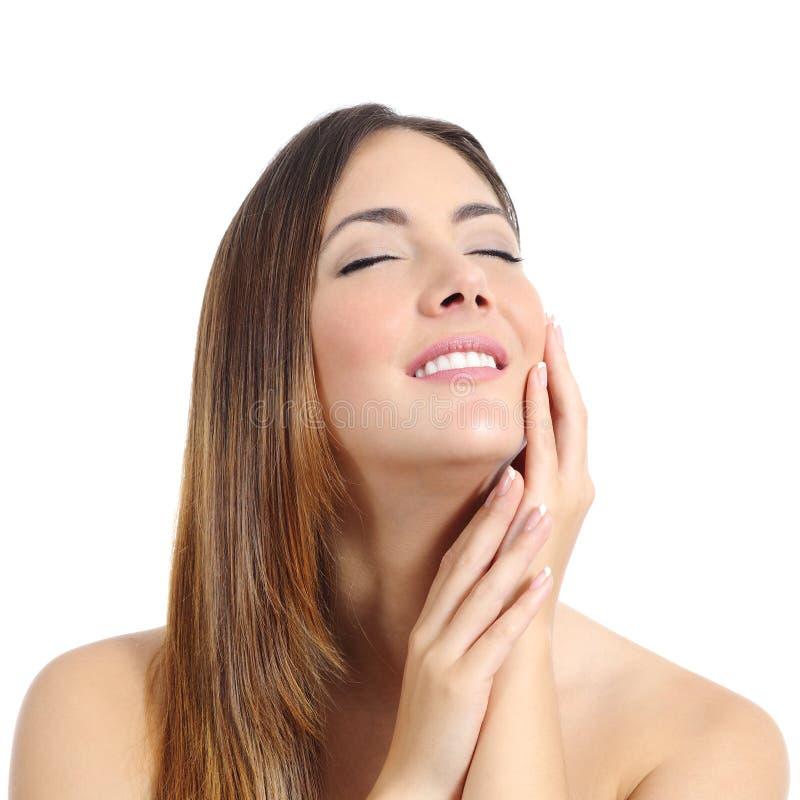 A mulher da beleza com pele e tratamento de mãos perfeitos e o branco sorriem imagem de stock