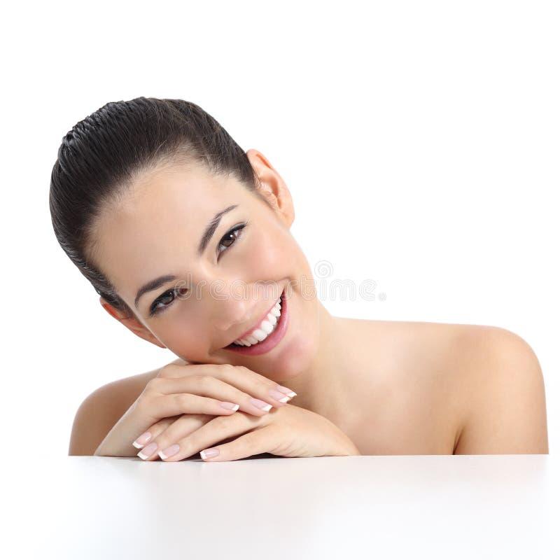 A mulher da beleza com tratamento de mãos perfeito da pele e o branco sorriem imagens de stock royalty free