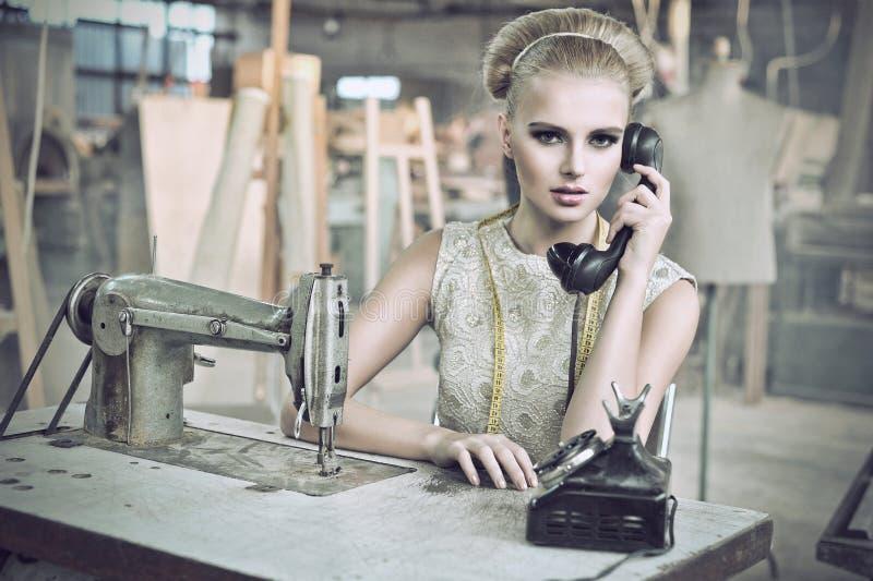 Mulher da beleza com um telefone fotografia de stock royalty free