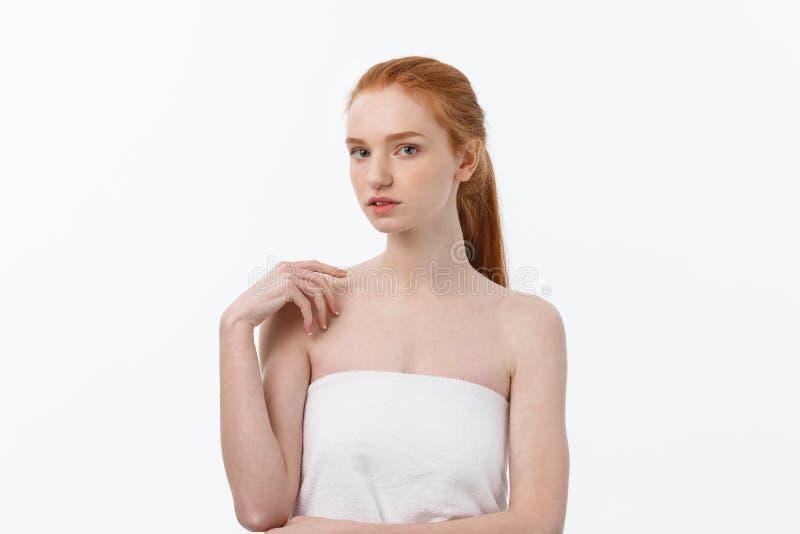 Mulher da beleza Fêmea nova bonita que toca em sua pele Retrato isolado no fundo branco Cuidados médicos Pele perfeita foto de stock royalty free
