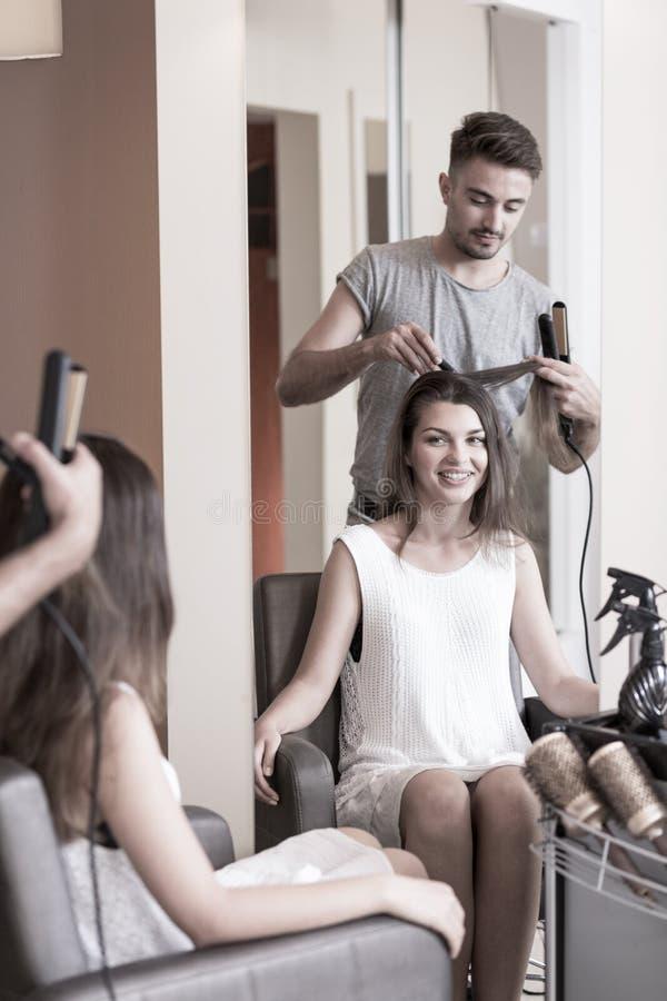 Mulher da beleza na barbearia fotografia de stock