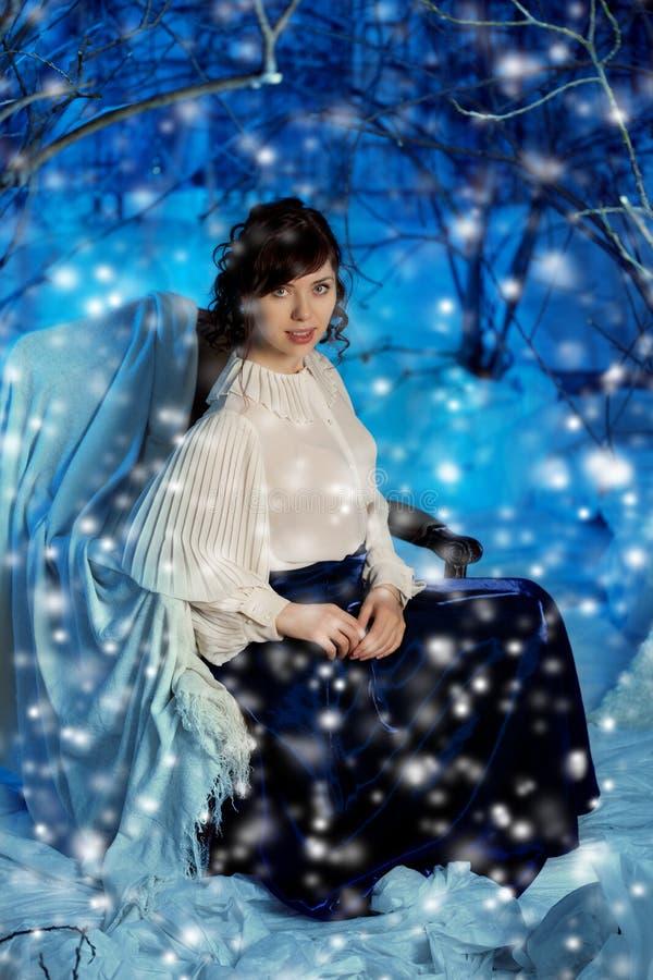 Mulher da beleza na floresta do inverno imagens de stock