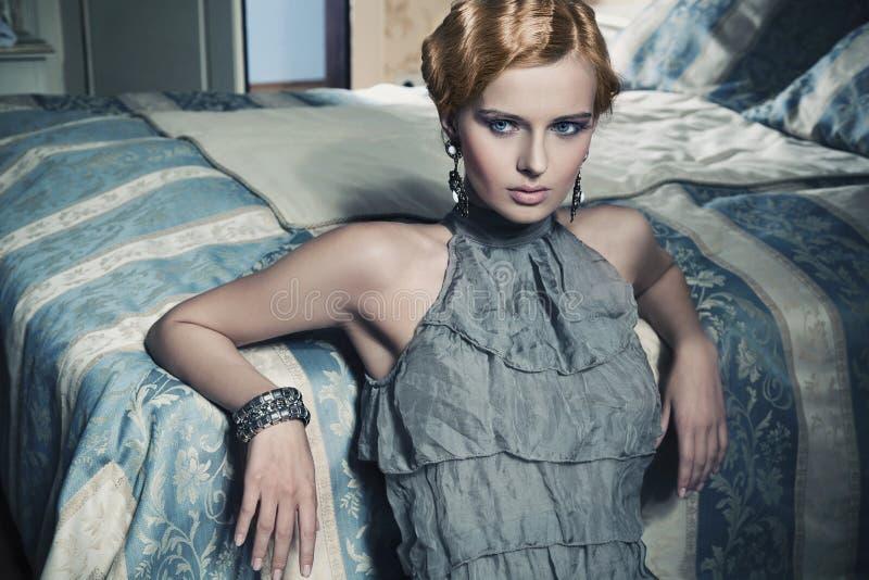 Mulher da beleza no quarto à moda imagens de stock royalty free