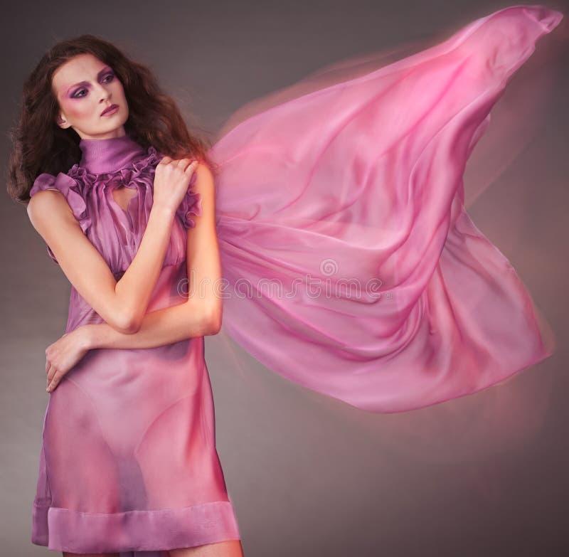 Mulher da beleza no vestido cor-de-rosa imagens de stock royalty free