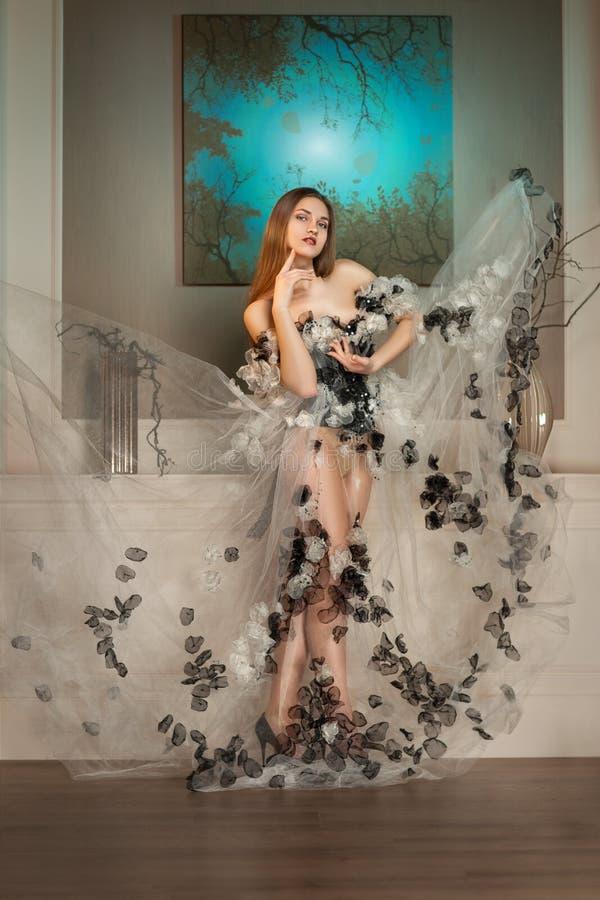 Mulher da beleza no vestido que levanta com a coroa de espinhos foto de stock