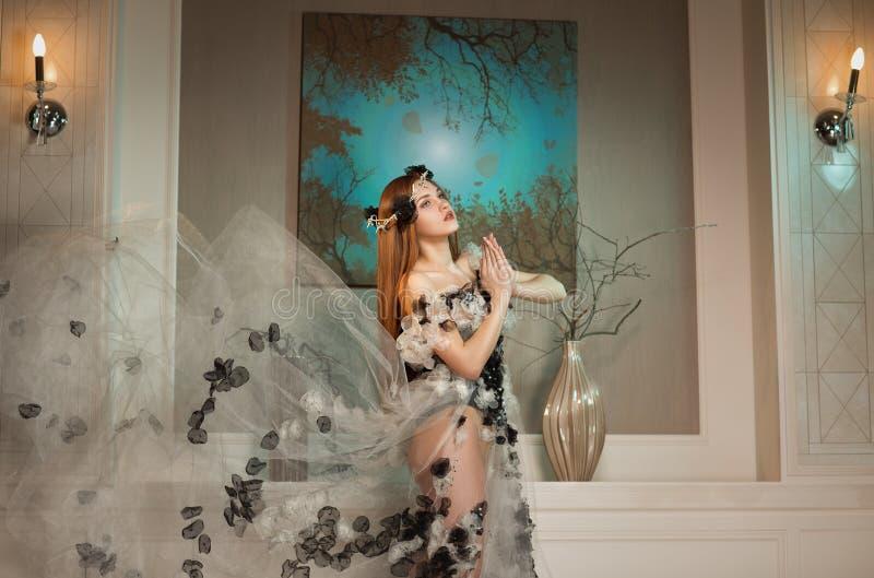 Mulher da beleza no vestido que levanta com a coroa de espinhos fotos de stock royalty free