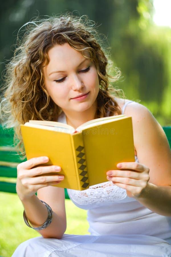 Mulher da beleza que lê um livro fotos de stock royalty free
