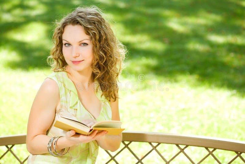Mulher da beleza que lê um livro fotos de stock
