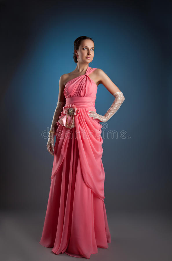 Mulher da beleza que levanta no retrato cor-de-rosa da forma imagens de stock royalty free