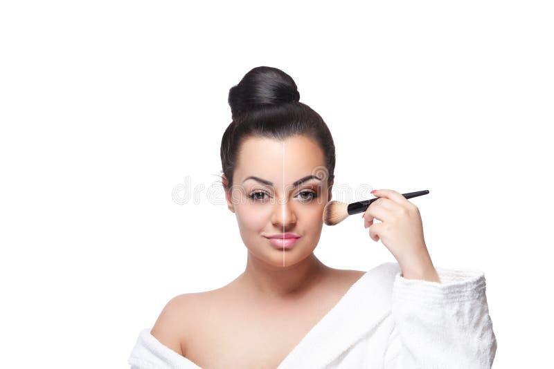 Mulher da beleza que põe o bronzer sobre seu mordente imagens de stock royalty free