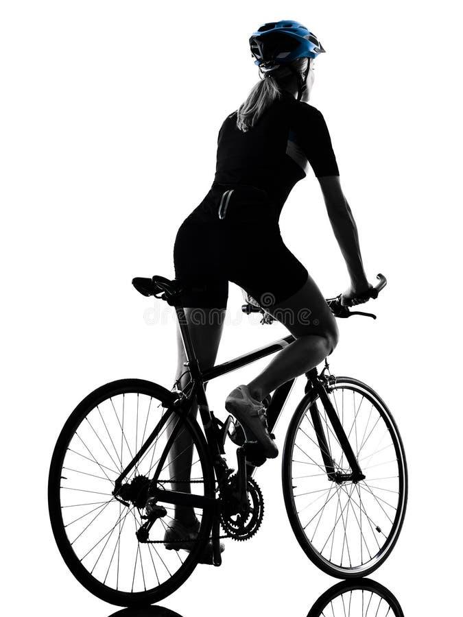 A mulher da bicicleta da equitação do ciclismo do ciclista isolou a parte traseira vi da silhueta fotografia de stock royalty free