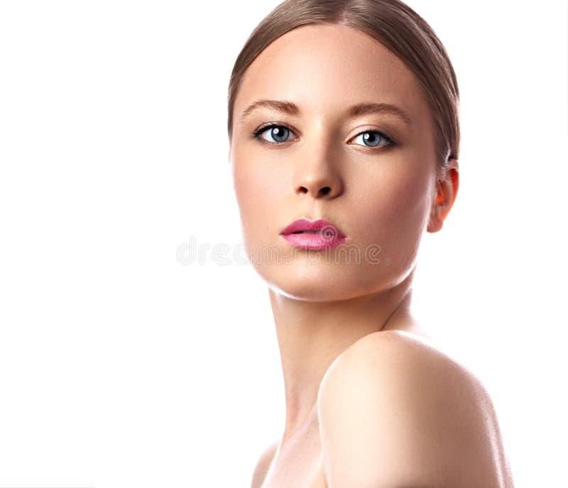 Mulher da composição do nude da beleza com batom cor-de-rosa Penteado louro Cl imagem de stock