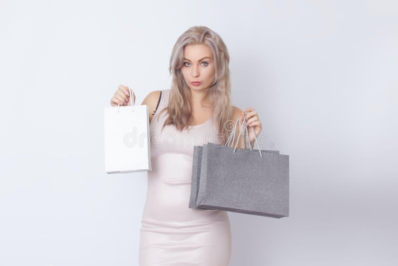 Mulher da compra com os sacos em suas mãos foto de stock royalty free