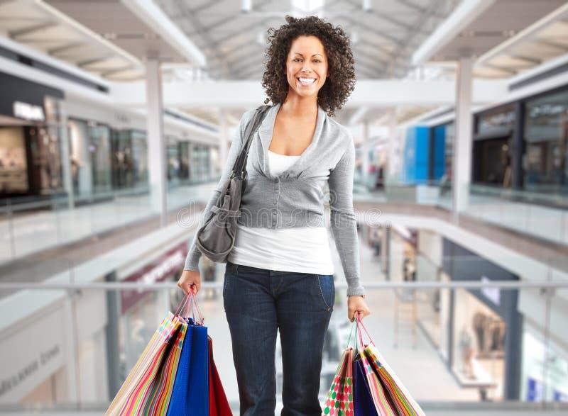 Mulher da compra com sacos de papel imagem de stock