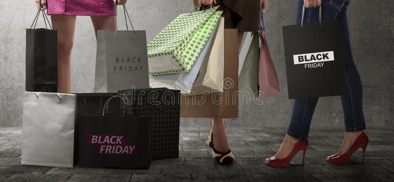 Mulher da compra com texto do saco de papel de Black Friday imagens de stock royalty free