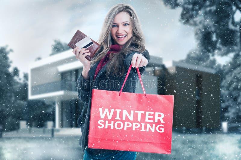 Mulher da compra do inverno foto de stock