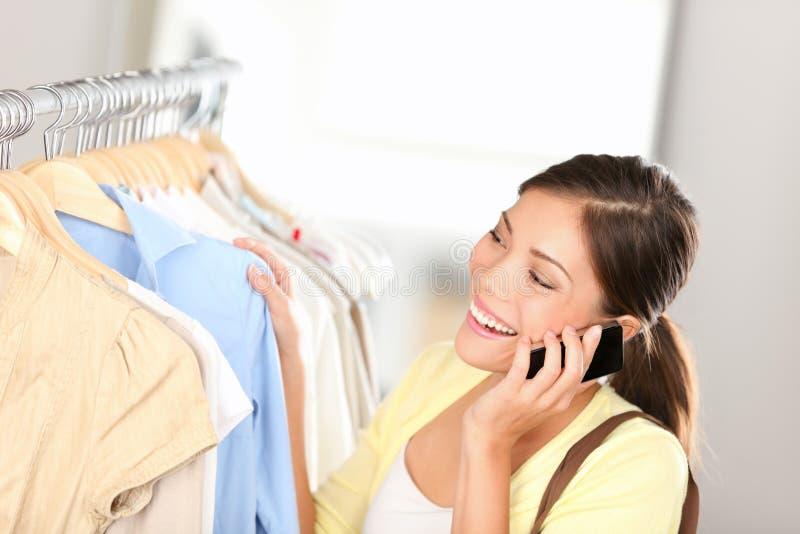 Mulher da compra que fala no telefone fotos de stock royalty free