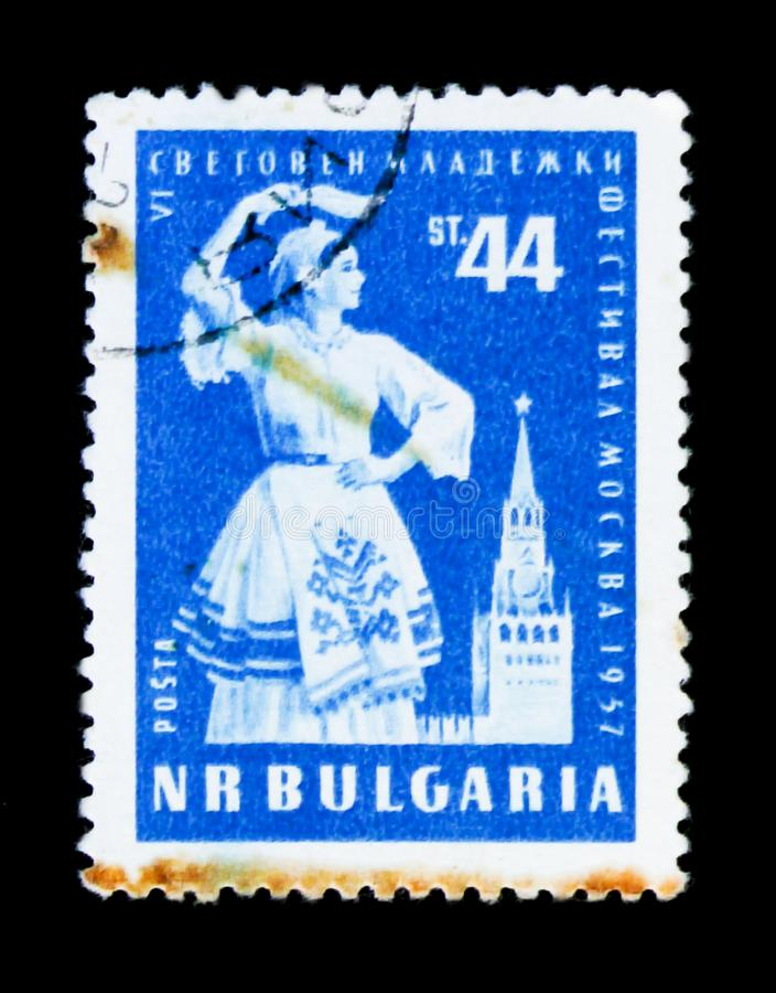 Mulher da dança da mostra do selo postal de Bulgária, VI festivak da juventude, Moscow-1957, cerca de 1957 fotografia de stock royalty free