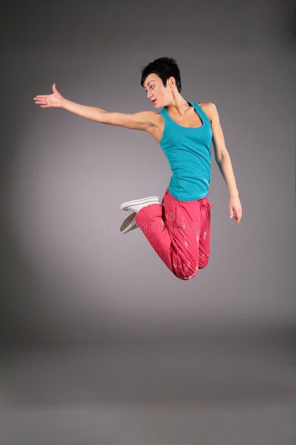 Mulher da dança no sportswear no salto fotos de stock royalty free