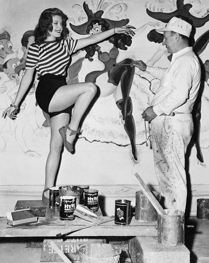 Mulher da dança que levanta para o pintor mural (todas as pessoas descritas não são umas vivas mais longo e nenhuma propriedade e imagens de stock