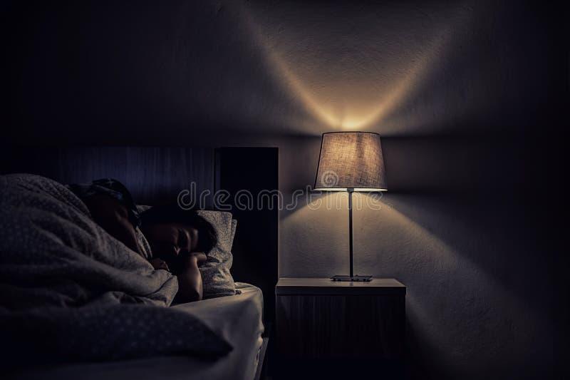 Mulher da depressão apenas na sala escura Problema de saúde mental, PTSD imagens de stock
