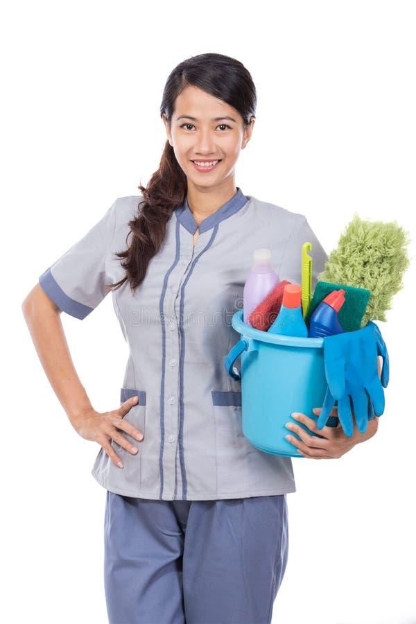 Mulher da empregada doméstica da limpeza que sorri à câmera fotografia de stock royalty free