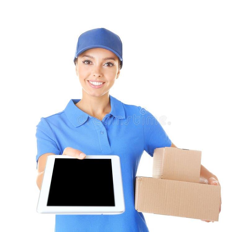 Mulher da entrega com tabuleta e pacotes no fundo branco imagens de stock royalty free