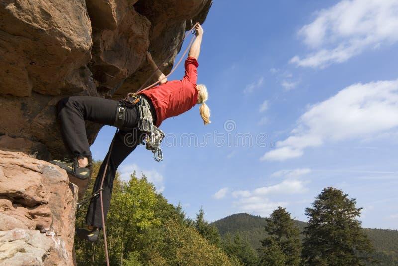 Mulher da escalada de rocha imagem de stock