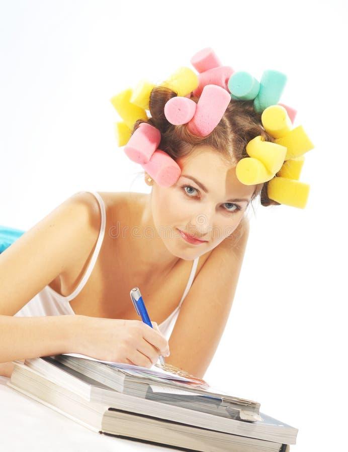Mulher da escrita em curles do cabelo foto de stock